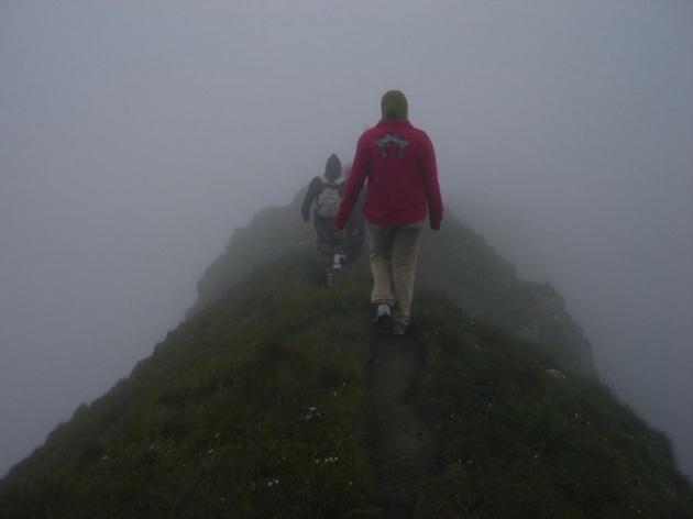 w górach nad przepaścią